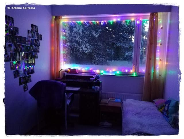 Jouluvalot ikkunassa