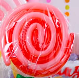 Lutscher aus Modellierballons zur Partydeko.