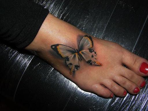 Pequena tatuagem de borboleta no pé