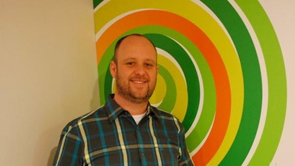 """Aaron Greenberg assegura que ambas companhias estão tratando de inovar de """"diferentes maneiras"""", sendo Play Anywhere uma das maiores apostas da Microsoft."""