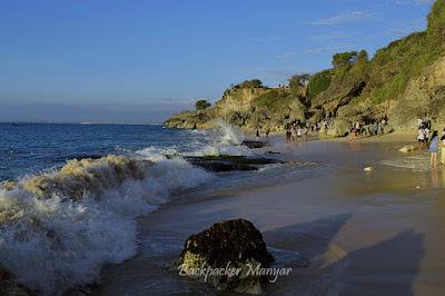 Debur ombak menerjang pasir Pantai Tegal Wangi - Backpacker Manyar