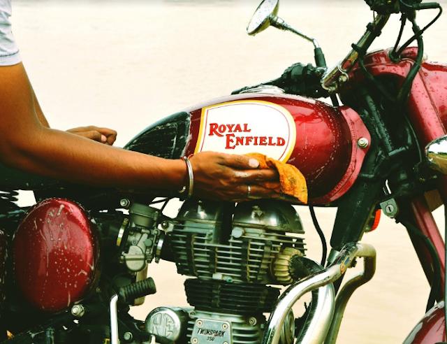 Gunakan bensin untuk mengkilapkan mesin motor