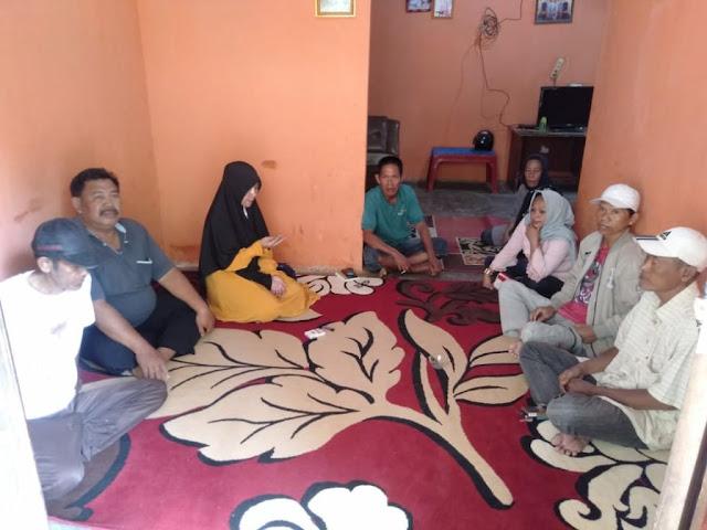 Viral Petang (25/02/2020) Bandar Lampung -- Bakal calon Wakil Walikota Bandar Lampung, dr.Zam Zanariah,Sp.S.M.Kes, terus mendapatkan dukungan masyarakat dalam safarinya di Kecamatan Teluk Betung Barat .  Selasa, 25 Februari 2020.