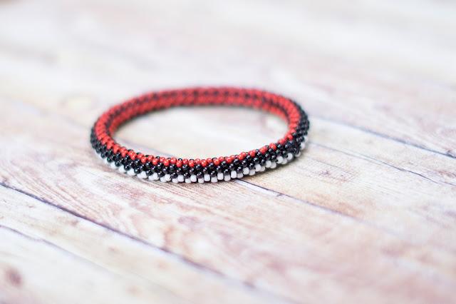 Bransoletka beadingowa biało czerwony wężyk