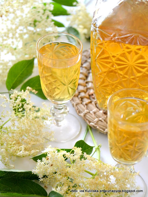 nalewka na kwiatach czarnego bzu , nalewka kwiatowa , bez czarny , kwiaty bzu czarnego , nalewki domowe , spiżarnia , przetwory , spirytus , wyroby domowe ,  alkohol
