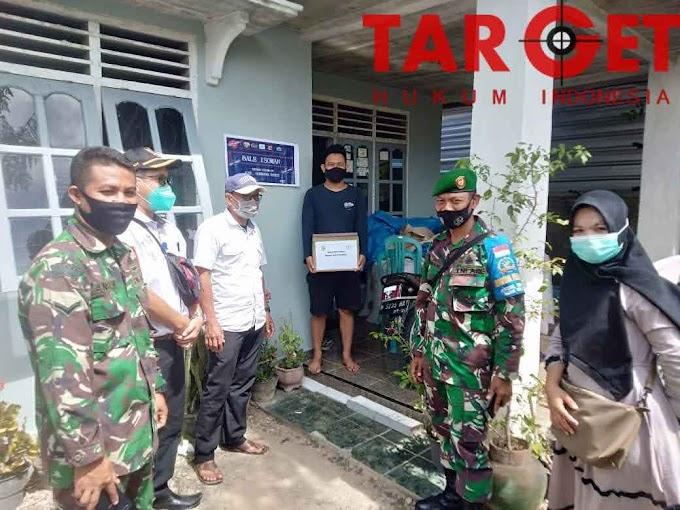 Sinergi TNI - Polri Berikan Bansos Dan Pasang Stiker Bagi Warga Masyarakat Terdampak Covid -19 Yang Sedang Isolasi Mandiri