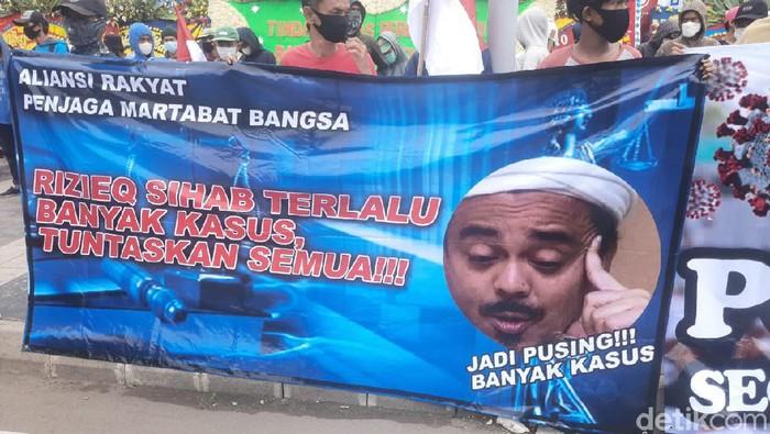 Massa Aksi di Polda Metro Jaya, Dukung Proses Hukum terhadap Habib Rizieq