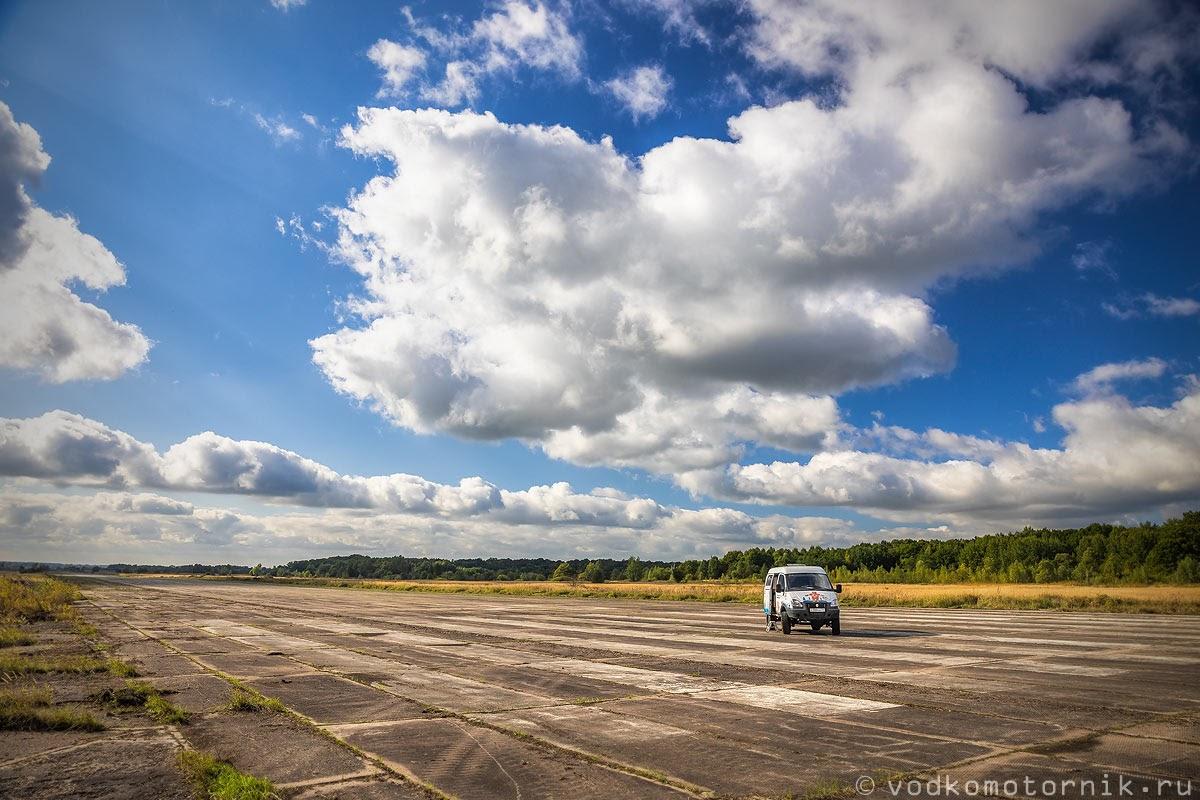 Соболь 4х4 самый западный на большом пешеходном переходе аэродрома Йесау