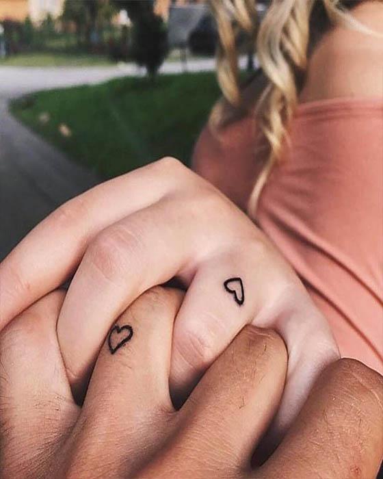 tatuaje de pareja corazones dedos