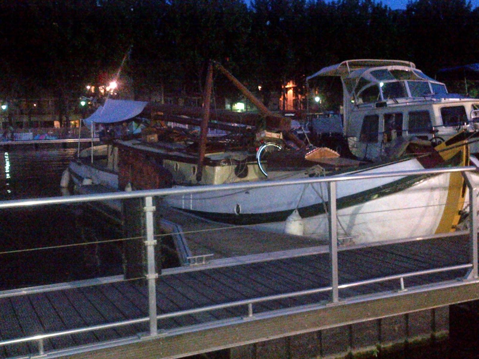 Bateau au bord du canal, Quai de Seine, de nuit.