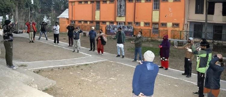 नैनीताल के बीएम साह ओपन थिएटर में लाफिंग योगा की शुरआत करते रंग कर्मी व अन्य लोग। - फोटो : NAINITAL