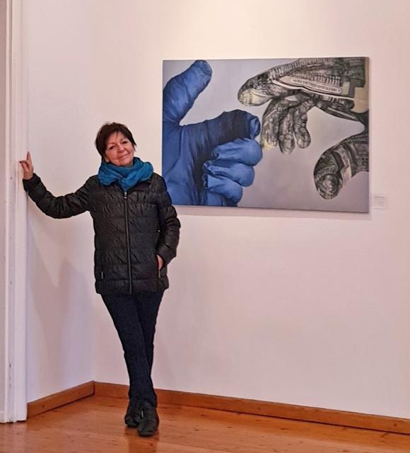 Die Künstlerin vor einem ihrer Bilder