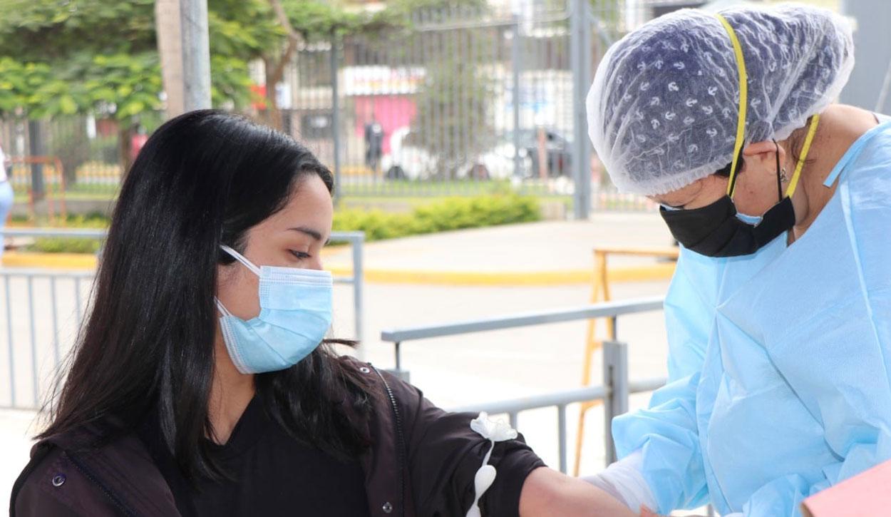 Vacunación de mayores de 27 años en Trujillo.