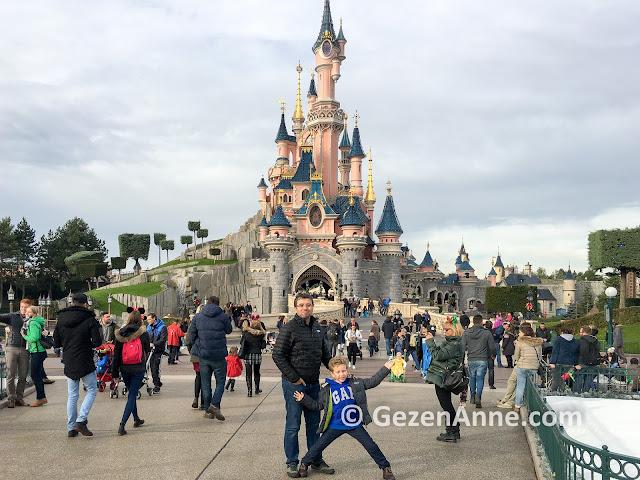 Paris Disneyland girişinde baba çocuk