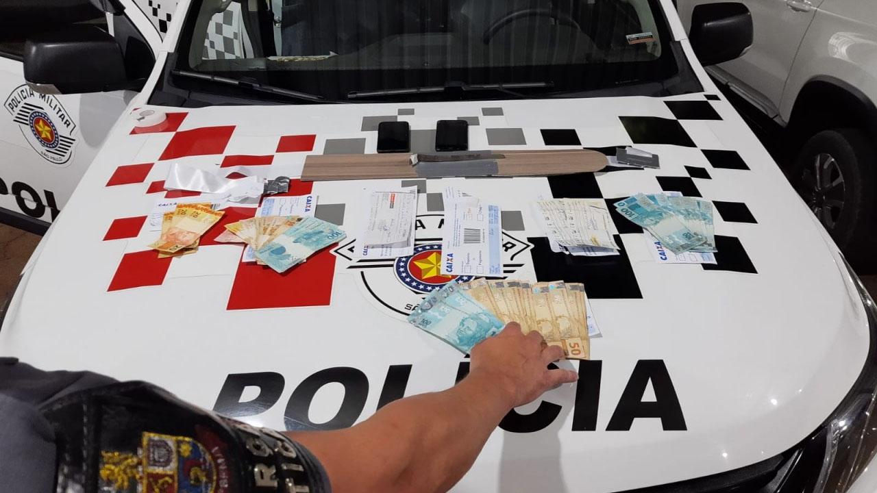 Trio é rpeso pescando envelopes de depósitos da Caixa Econômica Federal de Botucatu