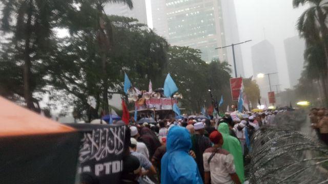 Di Bawah Guyuran Hujan Petir, Massa Bela Uighur Sampaikan 7 Tuntutan