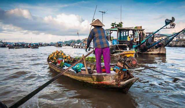 Chợ trên sông là một nét văn hóa rất đặc trưng của miền Tây. Tiêu biểu nhất trong đó là chợ nổi Cái Răng ở Cần Thơ, nơi từng được báo chí nước ngoài vinh danh là một trong 5 khu chợ thú vị nhất châu Á. Hằng năm khu chợ này đã thu hút rất nhiều du khách đến mua sắm cũng như tìm hiểu cuộc sống của những con người thật thà nơi đây.