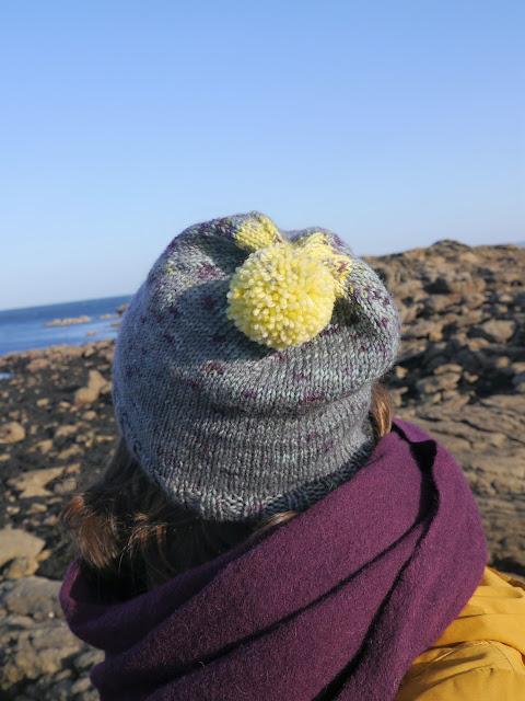 bonnet vu de dos avec pompon jaune