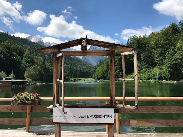 Beste Aussichten Foto-Fenster, Bunte Sommerblumen-Hochzeit am See und in den Bergen, Riessersee Hotel Garmisch-Partenkirchen, Bayern, nahe der Zugspitze, Hochzeitsplanerin Uschi Glas