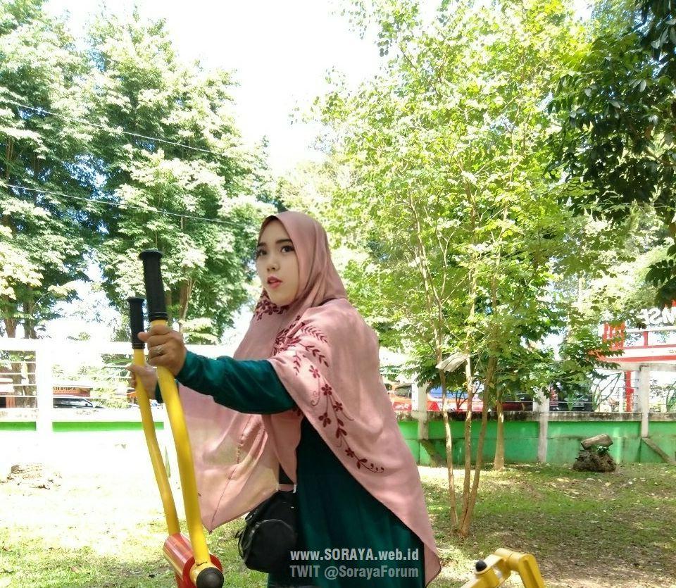 foto Soraya wanita berjilbab berolahraga sendirian