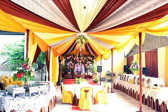 Tenda dekorasi untuk melangsungkan resepsi pernikahan di rumah