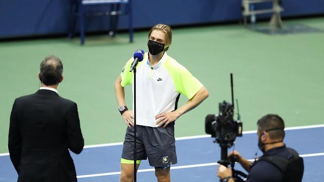 Canadense Dennis Shapovalov concede entrevista respeitando isolamento social após vitória sobre Taylor Fritz no US Open