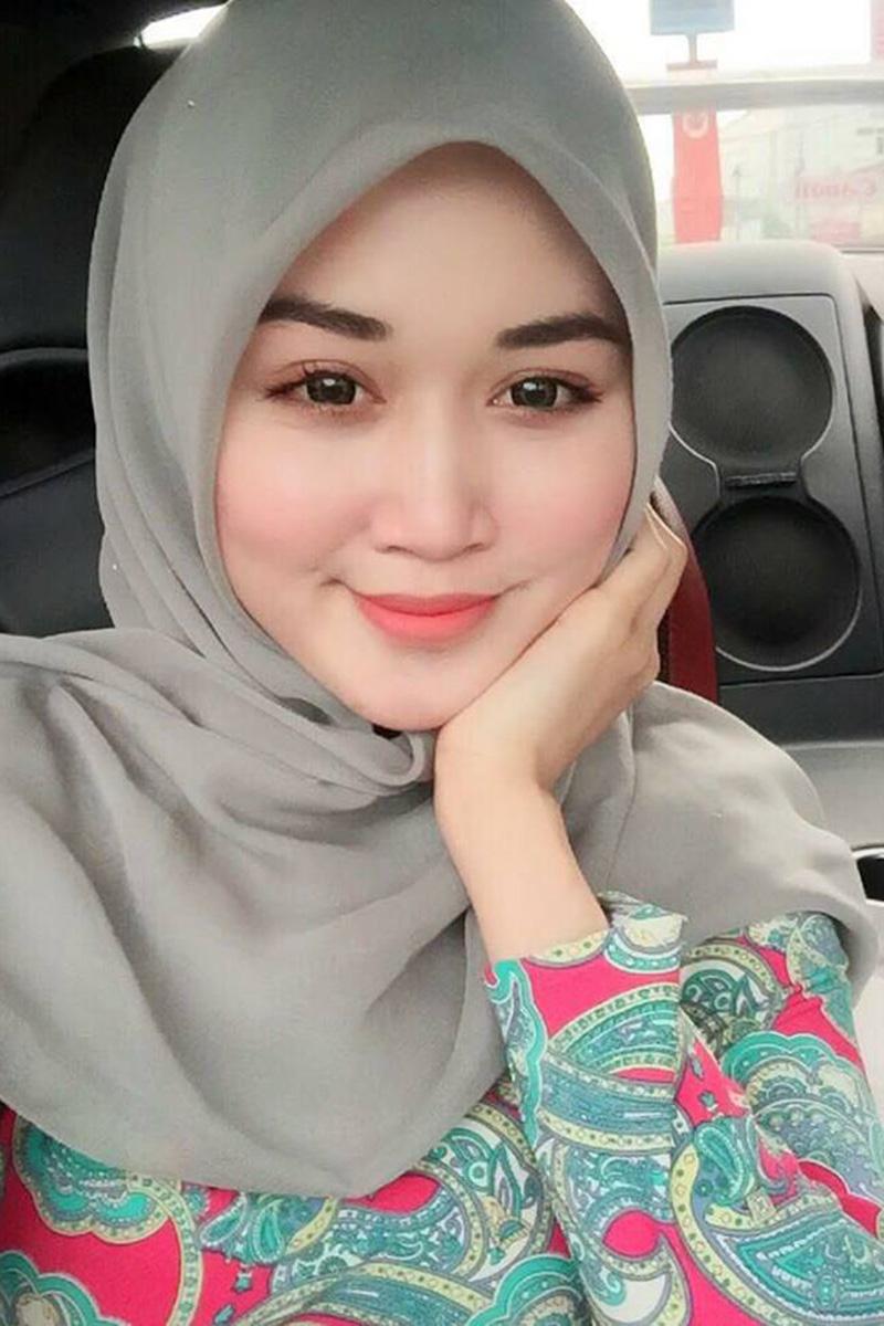 CEwek cantik pakai hijab selfie di dalam mobil