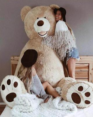 foto tumblr de amigas con oso de peluche gigante jugando