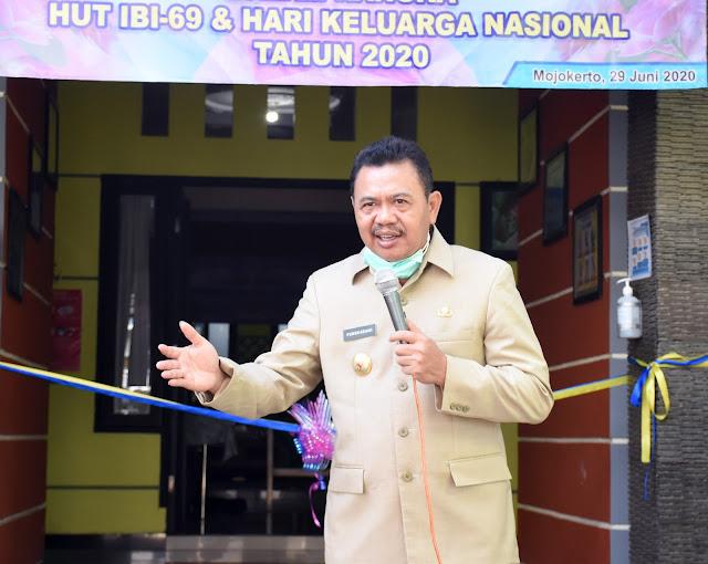 """Mojokerto - Kado prestisius diterima BKKBN di hari Ulang tahunnya yang ke-27. Musium Rekor Dunia Indonesia, MURI (dahulu bernama Museum Rekor Indonesia) menasbihkan BKKBN sebagai pemecah rekor ke-4.809 dengan pelayanan serentak sejuta akseptor KB se-Indonesia. Capaian ini merupakan jawaban atas kinerja BKKBN di tengah pandemi Covid-19.  Kabupaten Mojokerto yang mendapat target pelayanan 1.404 akseptor KB, berhasil memperoleh 9.132 akseptor (650%) yang meliputi 959 akseptor IUD atau spiral, 1.808 Implan, 138 Akseptor Metode Operasi Wanita (MOW), 4.277 pengguna suntik KB, 1.651 Pemakai Pil dan 369 akseptor dengan alat kontrasepsi kondom. Pelayanan yang dilakukan meliputi pelayanan KB Baru, Pelayanan KB Ulangan dan KB Ganti cara.  Sebagai ujung tombak pelayanan KB, Kabupaten Mojokerto mempunya 42 Fasilitas Kesehatan, 394 Praktik Mandiri Bidan (PMB) dan 1.828 Institusi Masyarakat Pedesaan (IMP) yang mempunyai tugas memberikan Komunikasi, Informasi dan edukasi serta pelayanan pemakaian alat kontrasepsi.  Bupati Mojokerto Pungkasiadi, mengapresiasi sinergitas antara pemerintah pusat dan daerah terhadap program pelayanan serentak sejuta akseptor ini, sebagai contoh inovasi di tengah pandemi Covid-19. Statement ini disampaikan saat meninjau pelayanan KB di salah satu Praktik Mandiri Bidan di Desa Japan Kecamatan Sooko, Senin (29/6) pagi.  """"Saya yakin, pelayanan serentak ini tetap berpedoman pada protokol kesehatan yang ditetapkan pemerintah, baik tenaga kesehatan maupun akseptornya,"""" kata bupati yang akrab disapa Abah Ipung.  Pemerintah Kabupaten Mojokerto sendiri terus fokus pada empat tahapan penanganan penyebaran Covid-19. Antara lain mengurusi kesehatan masyarakat, Jaringan Pengamanan Soial (JPS), Pemulihan ekonomi dan tahap keamanan sosial.  Kepala Dinas Pengendalian Penduduk, Keluarga Berencana dan Pemberdayaan Perempuan (P2KBP2) Kabupaten Mojokerto Joedha Hadi mengungkapkan, keberhasilan program pelayanan serentak sejuta akseptor ini tidak lepas dari dukungan Pemerin"""