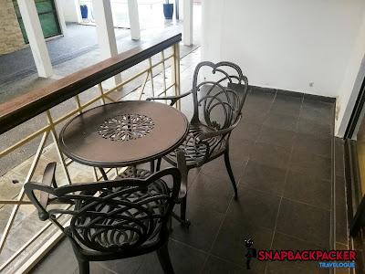 Ruang Rehat Balkoni Luar
