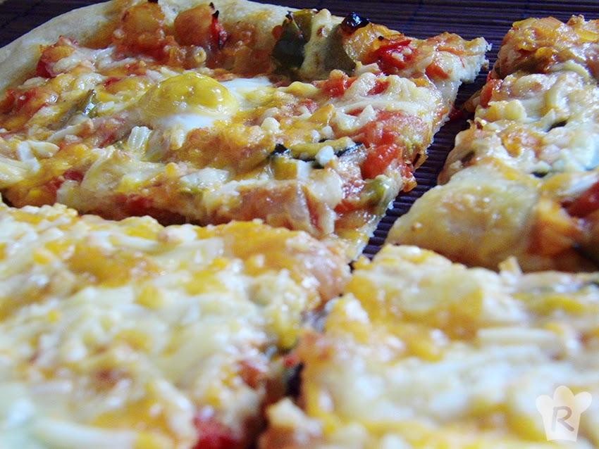 Pizza de pisto con huevo