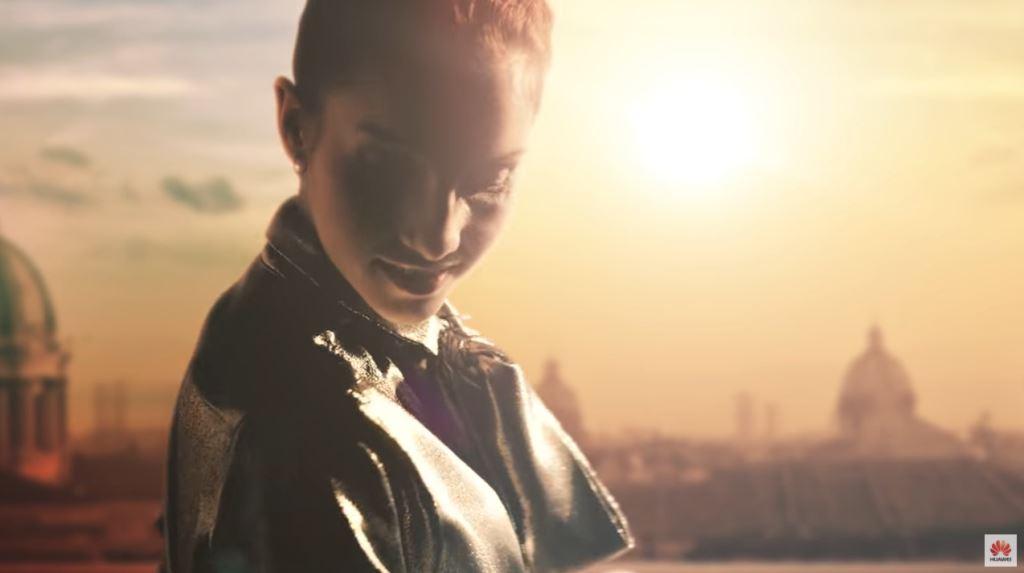 Pubblicità Huawei P9 e P9 Plus con ragazza che urla - Modella e modello testimonial