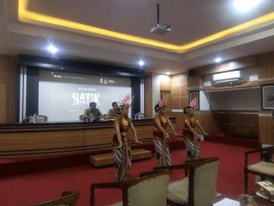 Tari Golek ayun-ayun sebagai pembuka seminar Batik, Industri dan Globalisasi