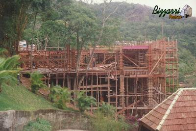 Vista da fachada lateral da casa em Ubatuba-SP com os esqueletos de madeira dos pilares e vigas e preparando os arranques dos pilares para a parte superior da casa.