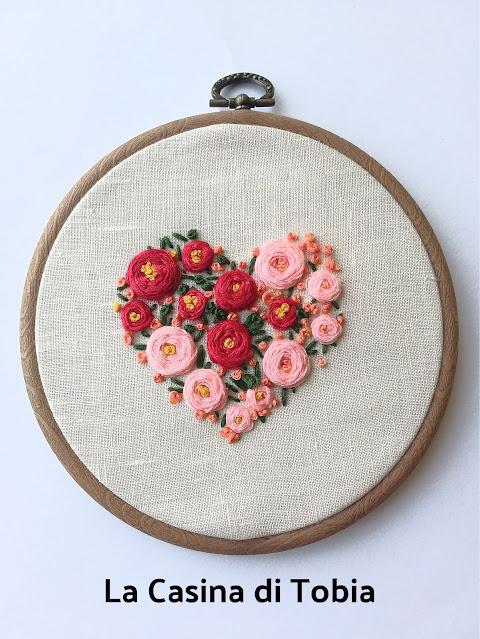 ricamo filo mouline cotone telaio rotondo cuore ricamato a mano da appendere come un quadro Martha Mollichella