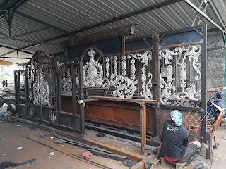 Foto pembuatan pintu gerbang besi tempa klasik di bengkel Dzaky Jaya.