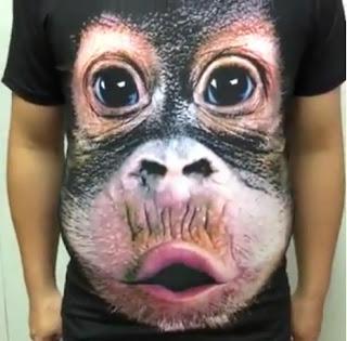 Remera de simio en un hombre panzón