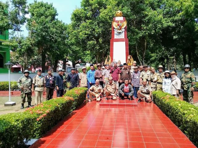 Memperingati HUT RI Ke 75, Organisasi Sepeda Ontel Kuno Kudus Berziarah Ke Makam Pahlawan