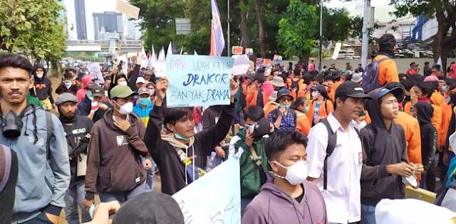Lagi, Ribuan Mahasiswa UIN Jakarta Kembali Geruduk Gedung DPR