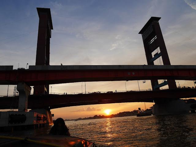 sunset di jembatan ampera