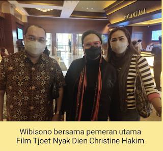 Wibisono bersama pemeran utama Film Tjoet Nyak Dien Christine Hakim
