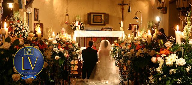 novios sentados de espaldas con arreglos florales en la misa