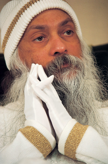 Abhay-comes-to-Osho-from-meditation