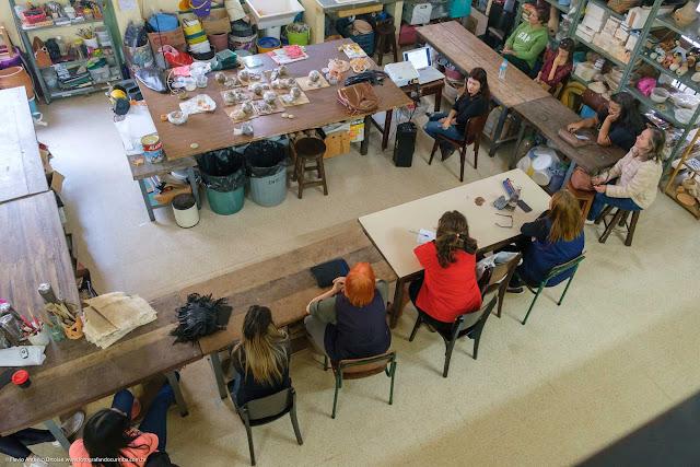 Interior do Centro Estadual de Capacitação em Artes Guido Viaro - curso de cerâmica e mosaico