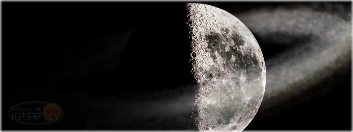 Lua cercada por gigante nuvem de poeira