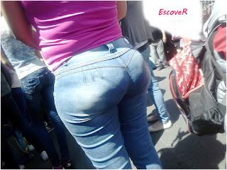 Sabrosa señora pantalones apretados ropa interior marcada