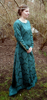 http://evashistoricalcostumes.blogspot.se/p/two-fitted-dresses-from-mid-13th-century.html