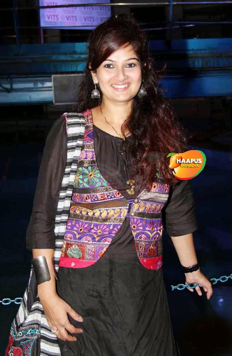 resham tipnis charming photos cute marathi actresses