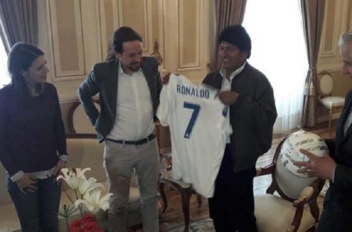 Morales recibía feliz la polera de CR7 de manos del jefe de PODEMOS en diciembre de 2017 / WEB ARCHIVO / ABI