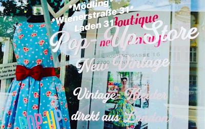 gudrun_bluemel_pop_up_shop_laden_31_moedling_kathi_fruhmann_auslage_mit_gebluemten_und getupftem_vintage_kleid_von_dolly_and_dotty
